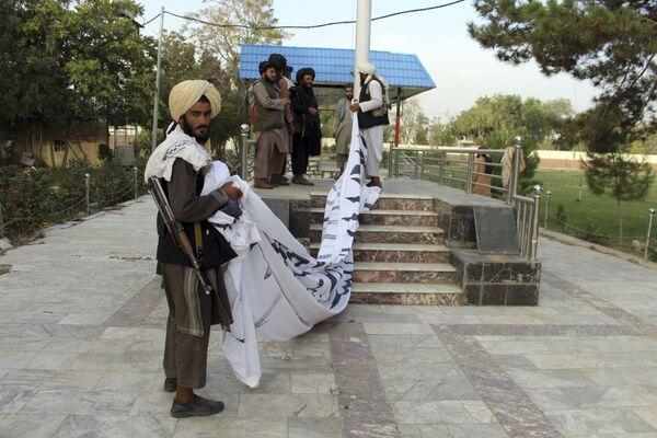 Los militantes talibanes izan su bandera en la ciudad de Ghazni, en el sureste de Afganistán. - Sputnik Mundo
