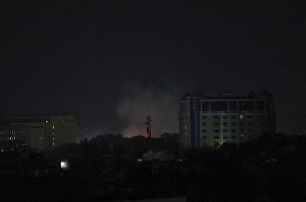 Los talibanes entraron en Kabul sin apenas combatir. El gobierno afgano se rindió a los talibanes, el presidente Ashraf Ghani dimitió y abandonó el país junto a su esposa. En la foto: humo sobre la Embajada de EEUU en Kabul. - Sputnik Mundo