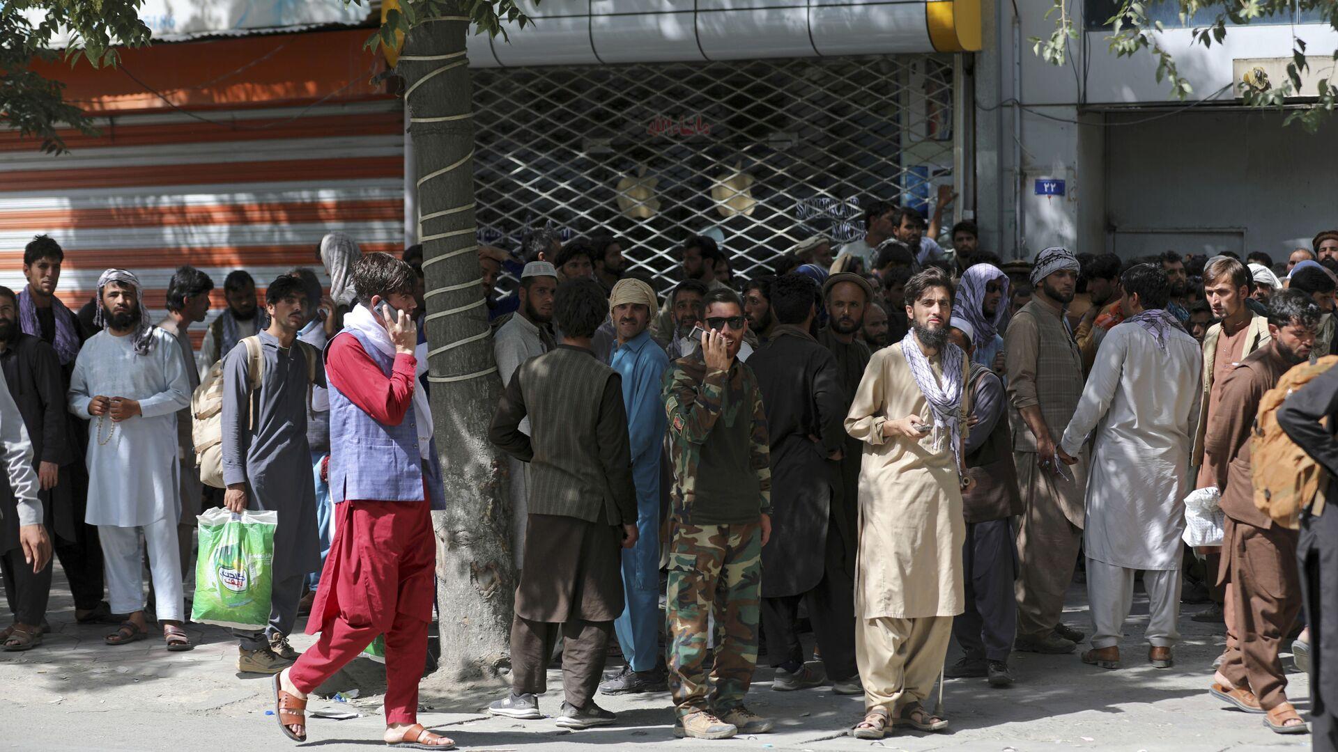 Афганцы в очереди в банк в Кабуле  - Sputnik Mundo, 1920, 17.08.2021