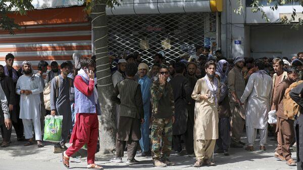 Афганцы в очереди в банк в Кабуле  - Sputnik Mundo