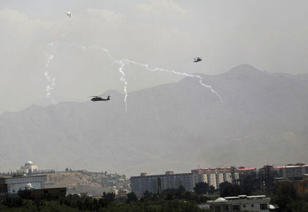 Los helicópteros militares estadounidenses Black Hawk sobrevolaban el cielo de Kabul. - Sputnik Mundo