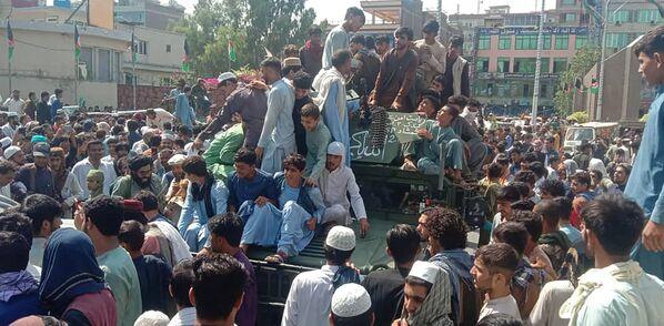 En su camino hacia la capital, los talibanes encontraron poca o ninguna resistencia. En la foto: combatientes talibanes y residentes locales en un todoterreno del Ejército en Jalalabad, en el este de Afganistán. - Sputnik Mundo