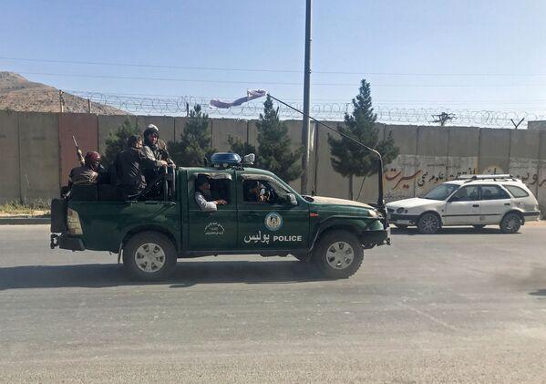 Según Associated Press, los talibanes se preparan para anunciar la creación del Emirato Islámico de Afganistán, que era el nombre del país hace 20 años bajo el régimen talibán. En la foto: los talibanes recorren las calles de la capital afgana. - Sputnik Mundo