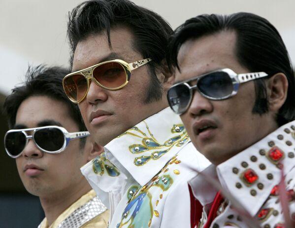 Muchos fans de Presley se negaron a aceptar la muerte de su ídolo. El funeral del cantante incentivó la propagación de los rumores de que todavía seguía vivo, ya que se realizó de manera privada. Nadie, excepto un reducido círculo de familiares y amigos, pudo despedirse del músico.En la foto: unos imitadores de Elvis posan para una foto antes de una actuación en Manila (Filipinas), el 15 de agosto de 2010. - Sputnik Mundo