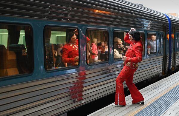 El acto de vandalismo llevó a que los restos mortales de Presley fueran trasladados al territorio de su propiedad Graceland, en Memphis, a la que el acceso no estaba abierto al público.En la foto: un fan de Elvis usa la ventana de un vagón como espejo antes de abordar un tren hacia el festival Parkes Elvis, un evento dedicado a la memoria del cantante, en Sídney (Australia) el 10 de enero de 2019. - Sputnik Mundo