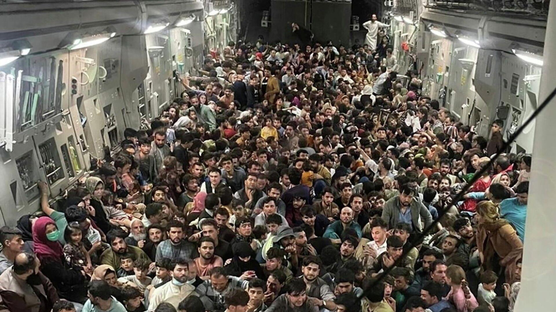 Civiles afganos a bordo del C-17 Globemaster - Sputnik Mundo, 1920, 26.08.2021