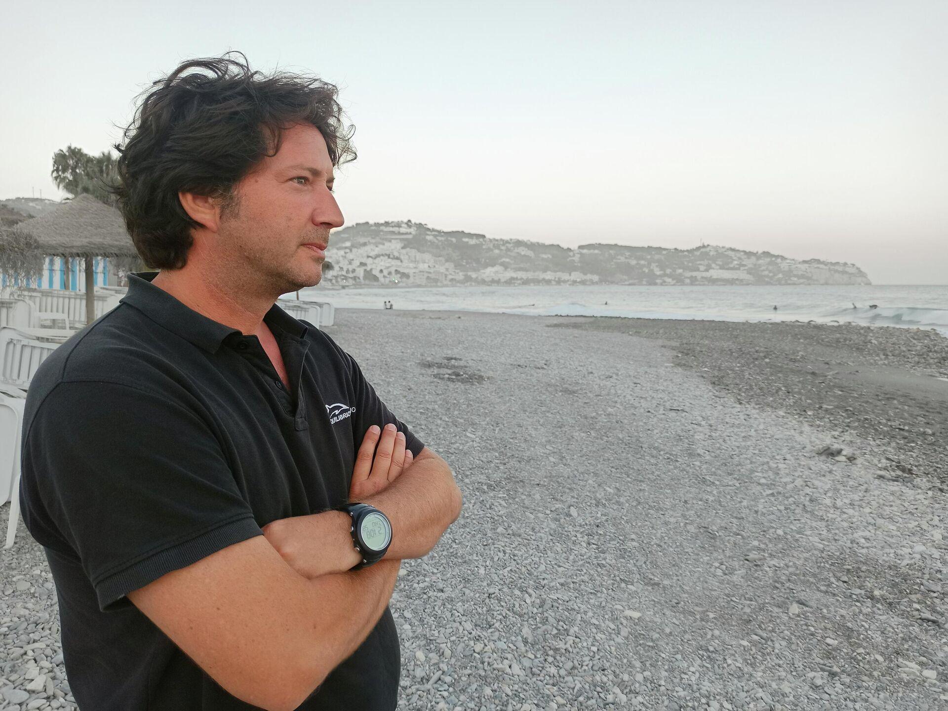 El director de Equilibrio Marino, Fernando Alarcón, a orillas de la playa de La Herradura (Granada) - Sputnik Mundo, 1920, 18.08.2021