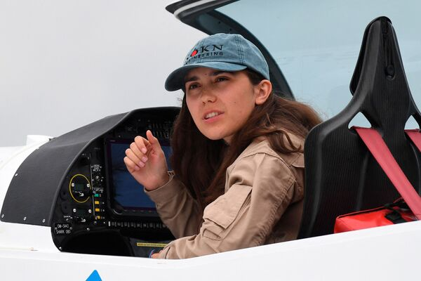 Zara tiene nacionalidad belga y británica. Sus padres son pilotos. Aprendió a pilotar un avión a los 14 años, y el año pasado obtuvo su licencia de piloto. - Sputnik Mundo