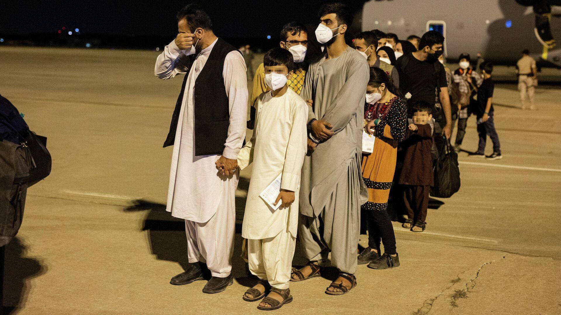 Las personas evacuadas de Kabul aterrizan en Torrejón de Ardoz, Madrid - Sputnik Mundo, 1920, 13.09.2021