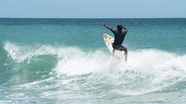 Un niño surfeando en Anare, Venezuela - Sputnik Mundo