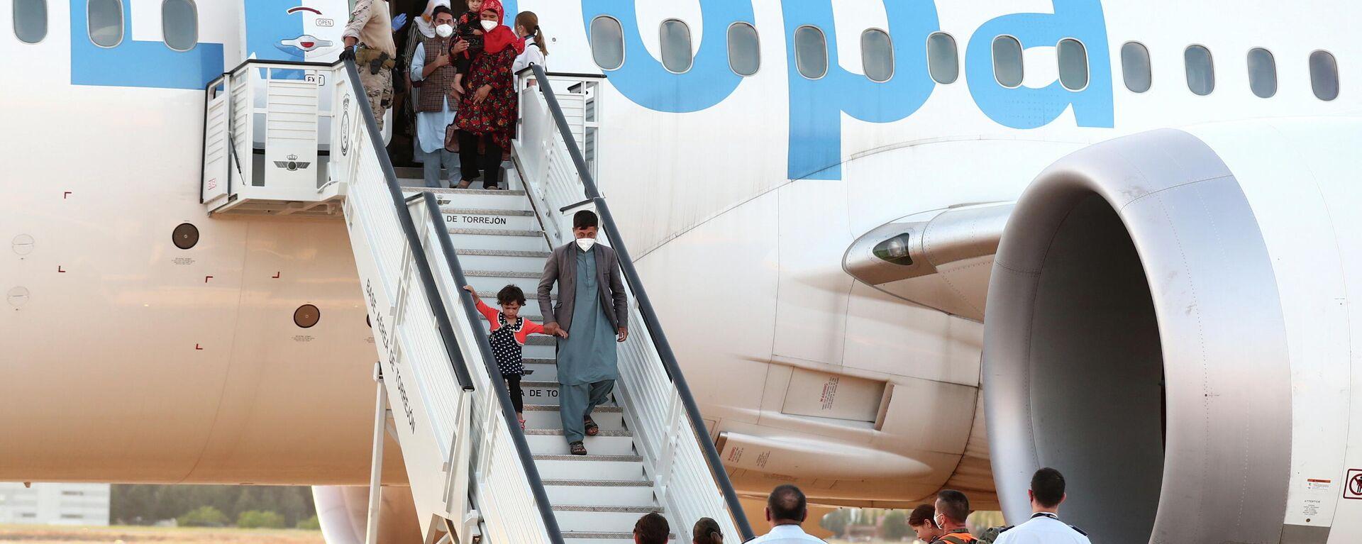 La llegada de evacuados de Afganistán a la base aérea de Torrejón de Ardoz, en Madrid - Sputnik Mundo, 1920, 24.08.2021