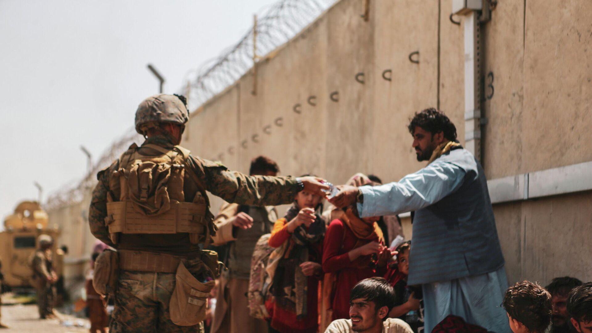 Afganos esperan la evacuación en el aeropuerto de Kabul - Sputnik Mundo, 1920, 24.08.2021