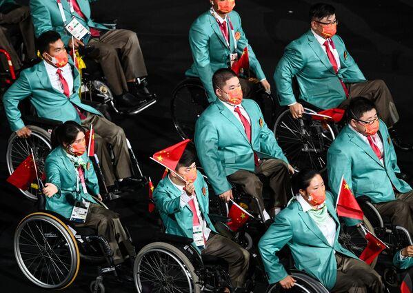 Debido al aumento de los casos de COVID-19 en Tokio, el tradicional relevo al aire libre tuvo que ser cancelado. En la foto: los miembros de la selección paralímpica de China en la ceremonia de inauguración de los Juegos Paralímpicos de Tokio. - Sputnik Mundo