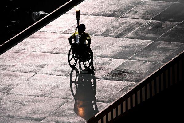 El relevo de la antorcha paralímpica en la ceremonia de inauguración de los Juegos Paralímpicos 2020. - Sputnik Mundo