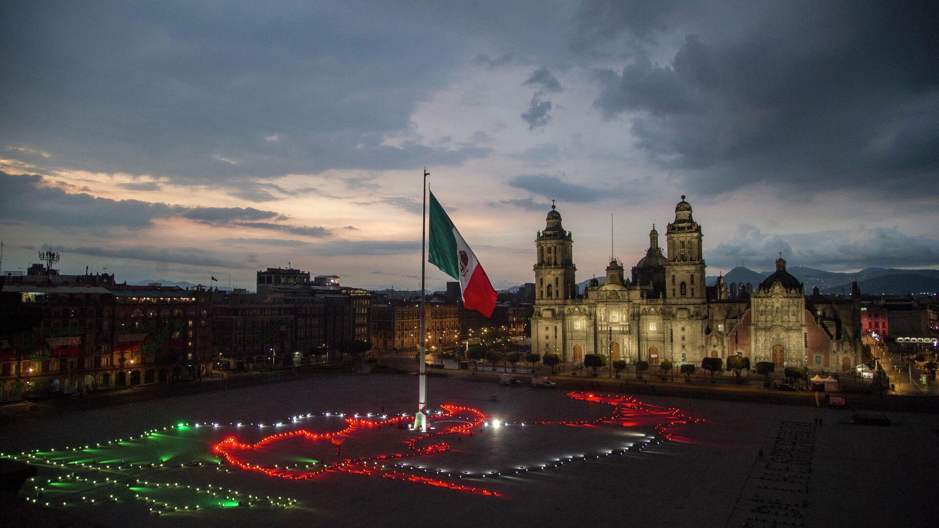La bandera de México en el Zócalo capitalino durante la celebración del Día de lndependencia - Sputnik Mundo, 1920, 25.08.2021