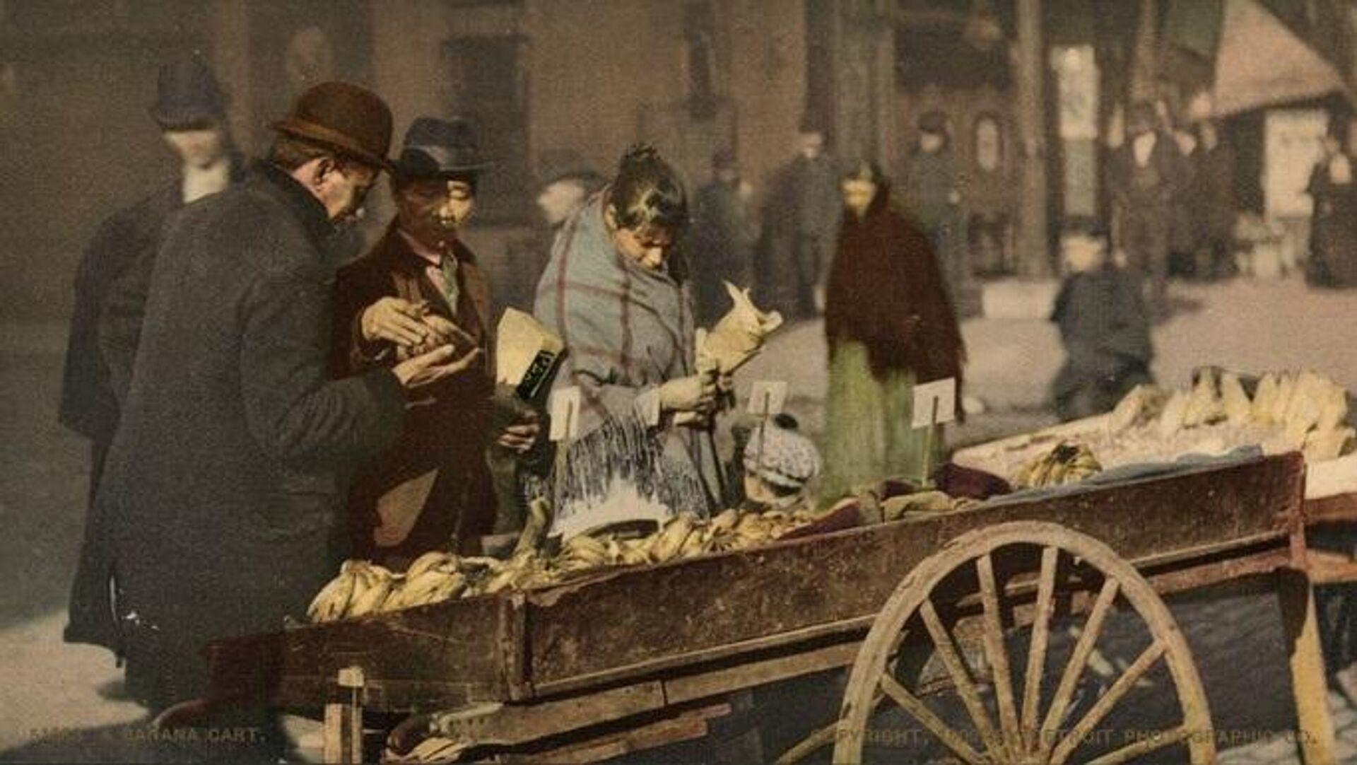 La venta de plátanos en una calle de Nueva York, en 1902 - Sputnik Mundo, 1920, 26.08.2021