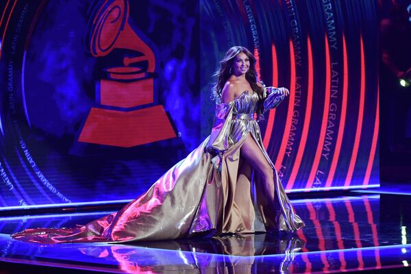 A sus 50 años, Thalía puede presumir de un físico impecable. En la foto: Thalía en la 19 edición de los Grammy Latinos, en Las Vegas. - Sputnik Mundo