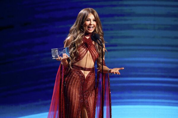 La artista tiene millones de fans por todo el mundo. En la foto: Thalía recibe un Grammy Latino, en 2019. - Sputnik Mundo