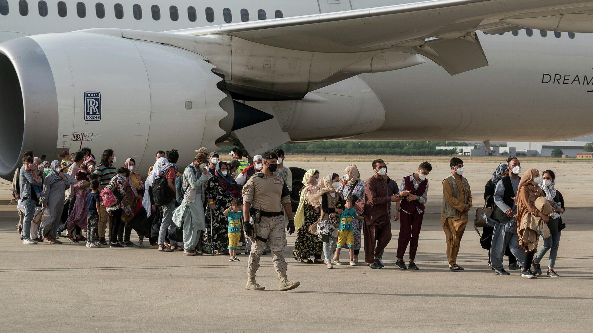 Varias personas llegan a la base aérea de Torrejón de Ardoz, procedentes de Afganistán. - Sputnik Mundo, 1920, 13.09.2021