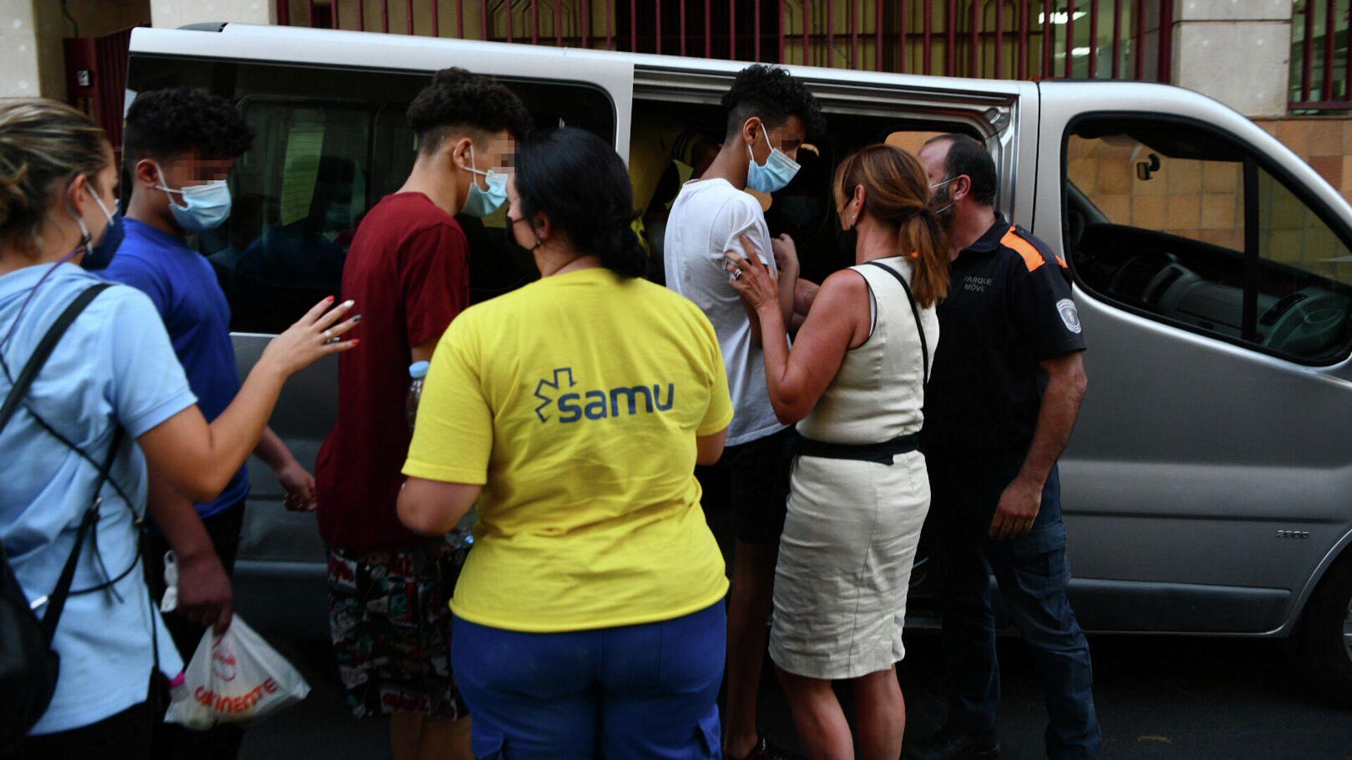 Trabajadores ayudan a tres de los menores marroquíes a las puertas del juzgado tras presentar una denuncia solicitando habeas corpus minutos antes de ser repatriados a su país de origen, en la frontera de Tarajal, a 16 de agosto de 2021, en Ceuta (España). - Sputnik Mundo, 1920, 27.08.2021