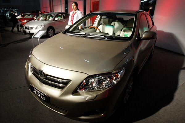 Toyota lanza diferentes versiones del Corolla para el mercado europeo, norteamericano y asiático. En la foto: Corolla Altis, en exhibición en la India. - Sputnik Mundo