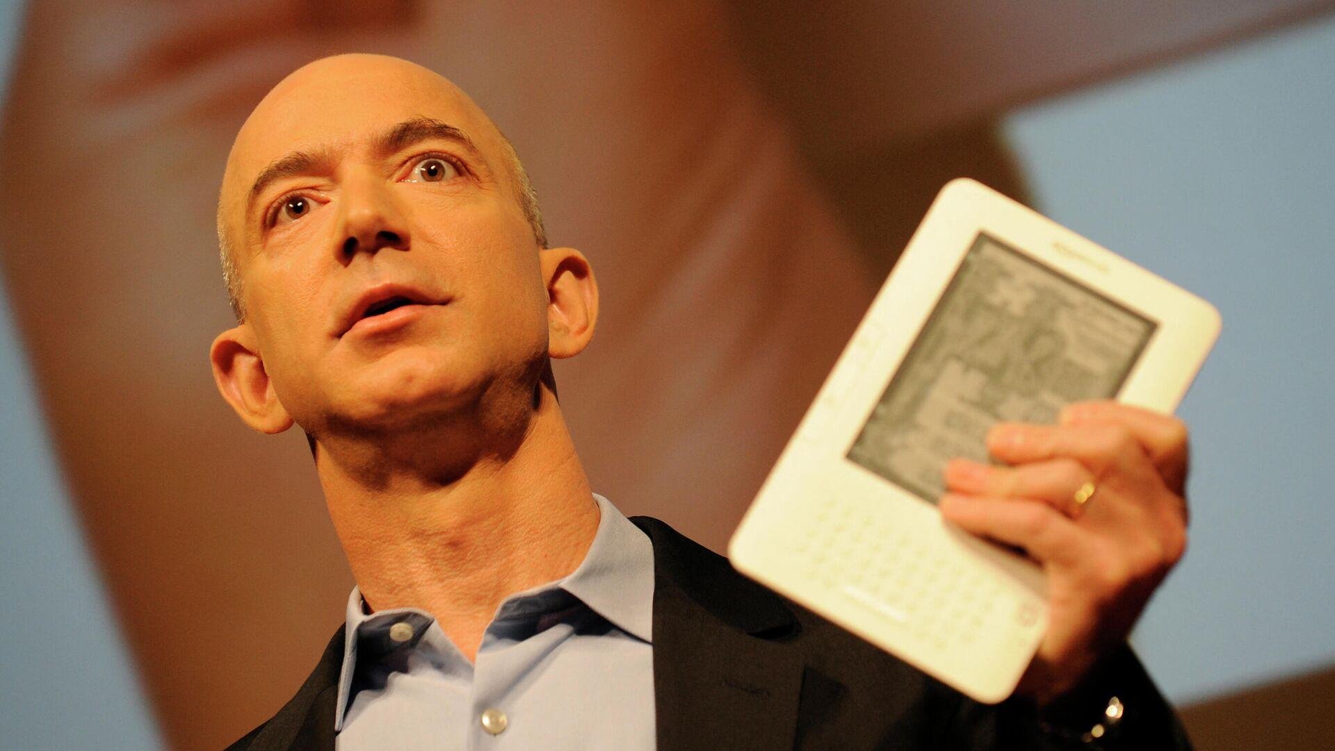 Jeff Bezos sujeta un libro electrónico Amazon Kindle, foto de archivo - Sputnik Mundo, 1920, 28.08.2021