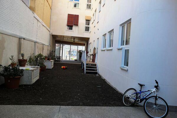 Patio trasero de la cooperativa de viviendas Entrepatios, de Madrid - Sputnik Mundo