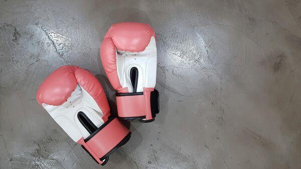 Unos guantes de boxeo   - Sputnik Mundo