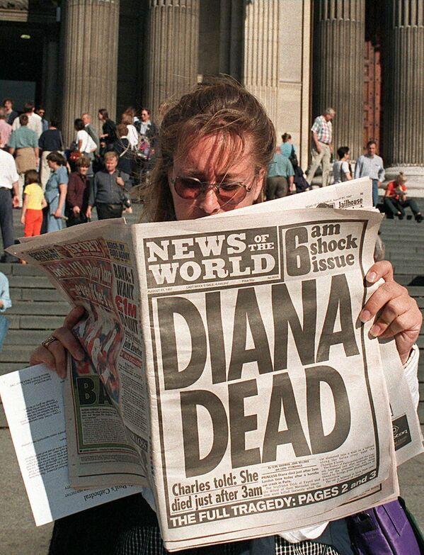 La princesa Diana no era una política destacada, una estrella del      espectáculo o una actriz famosa, pero para muchos era más querida que      todas las estrellas juntas.En la foto: una turista canadiense lee en un      periódico la trágica noticia sobre la muerte de la princesa frente a la      catedral de San Pablo de Londres, donde Diana se casó con el príncipe      Carlos. - Sputnik Mundo