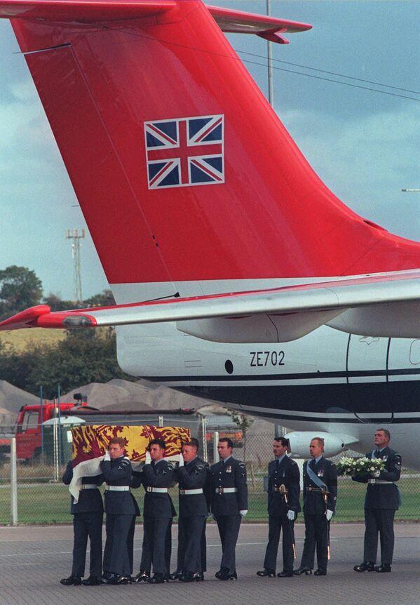 A pesar de que la primera llamada a      la ambulancia se produjo casi inmediatamente después del accidente, la      princesa Diana no fue trasladada al hospital hasta cerca de las 2:00 de la      madrugada y no pudieron salvarla.En la foto: militares británicos      transportan el féretro con el cuerpo de la princesa Diana desde el avión      de la Real Fuerza Aérea británica que la trasladó de París hasta Londres. - Sputnik Mundo