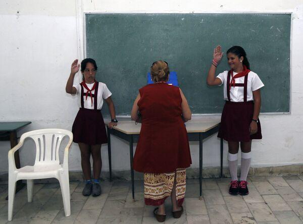 En Cuba, los uniformes son obligatorios no sólo para los escolares sino también para los estudiantes. Se puede saber en qué grado está un niño por su color. - Sputnik Mundo