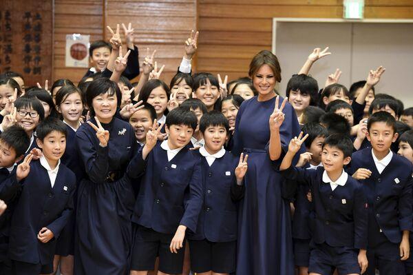 En Japón, los uniformes escolares se introdujeron a finales del siglo XIX. Hoy son obligatorios en la mayoría de las escuelas privadas y públicas, pero no hay normas unificadas al respecto.En la foto: Alumnos de la escuela primaria Kyobashi Tsukiji de Tokio durante la visita de las primeras damas de Japón y Estados Unidos, Akie Abe y Melania Trump, 2017. - Sputnik Mundo