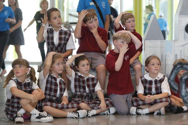 En EEUU, los uniformes escolares existen en la mayoría de las escuelas privadas, mientras que los colegios públicos crean un código de vestimenta de los estudiantes que enumera los requisitos básicos de la ropa.En la foto: alumnos de la ChristianBrother'sSchool de Nueva Orleans (Luisiana). - Sputnik Mundo