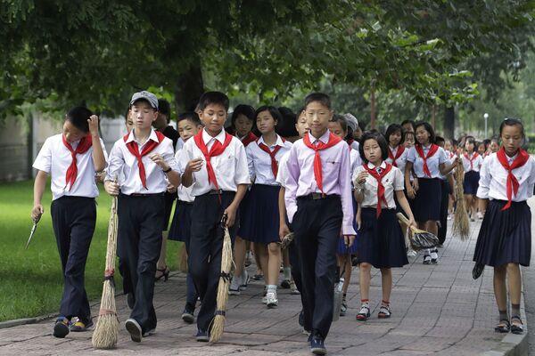 Los escolares de Corea del Norte reciben uniformes gratuitos del Estado. - Sputnik Mundo