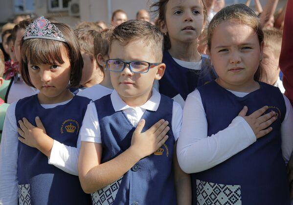 Alumnos de una escuela de Bucarest, Rumanía, mientras cantan el himno nacional en un acto escolar el 1 de septiembre. - Sputnik Mundo