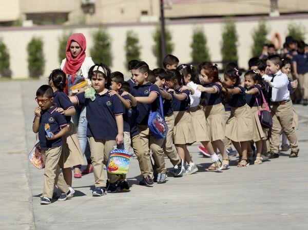 Alumnos en una escuela de Bagdad, Irak. - Sputnik Mundo