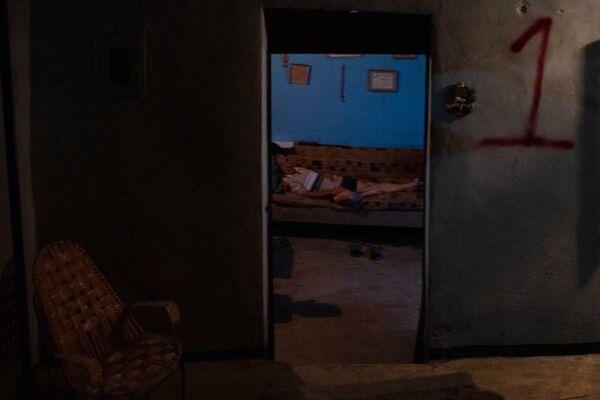 Se cumplen nueve días de la vaguada que dejó a más de 300 familias afectadas en Tovar, un municipio del estado venezolano de Mérida, y en medio de la penumbra cada vez más vecinos hacen vigilia para cuidar lo que pudieron salvar del lodo y para estar atentos ante las continuas lluvias. - Sputnik Mundo