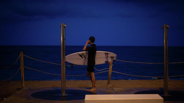 Imagen referencial de un joven que practica surf en una playa. - Sputnik Mundo