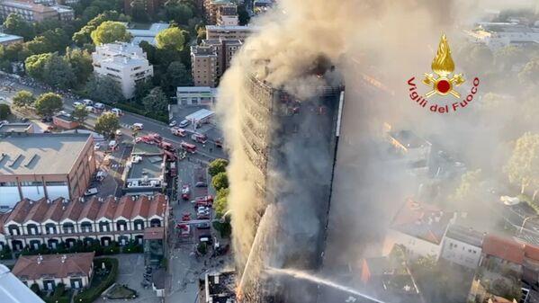 Un gran incendio arrasa un bloque de apartamentos en Milán, Italia, el 29 de agosto de 2021. - Sputnik Mundo