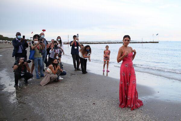 La actriz Serena Rossi, anfitriona de la ceremonia de apertura del 78 Festival Internacional de Cine de Venecia, posa durante una sesión de fotos en una playa de Venecia, Italia, el 31 de agosto de 2021. - Sputnik Mundo