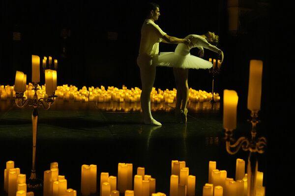 Los bailarines Sohrab Chitan y Axelle Chagneau interpretan El Сascanueces de Tchaikovski durante un concierto de pianistas realizado a la luz de las velas por los músicos Christophe Bukudjian y Carine Zarifian en el teatro Mogador de París, el 1 de septiembre de 2021. - Sputnik Mundo