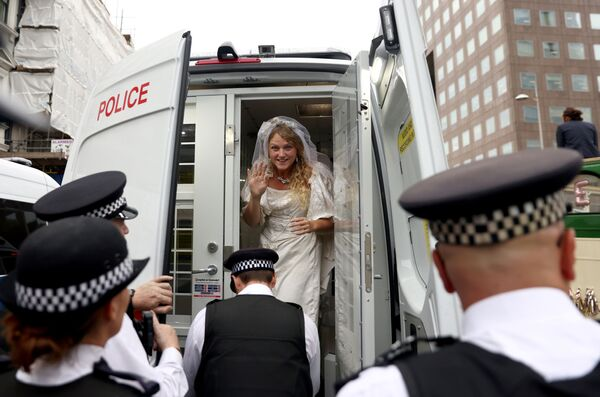Una activista vestida de novia en un auto de la Policía durante una protesta organizada por el movimiento Rebelión contra la Extinción, en Londres, Reino Unido, el 31 de agosto de 2021. - Sputnik Mundo