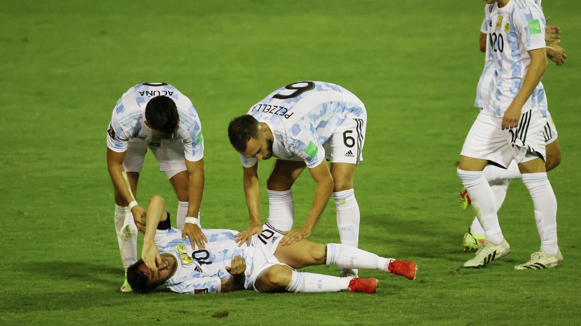 El argentino Lionel Messi en el suelo tras sufrir una dura falta en un partido frente a Venezuela por las Eliminatorias hacia Catar 2022 - Sputnik Mundo, 1920, 03.09.2021