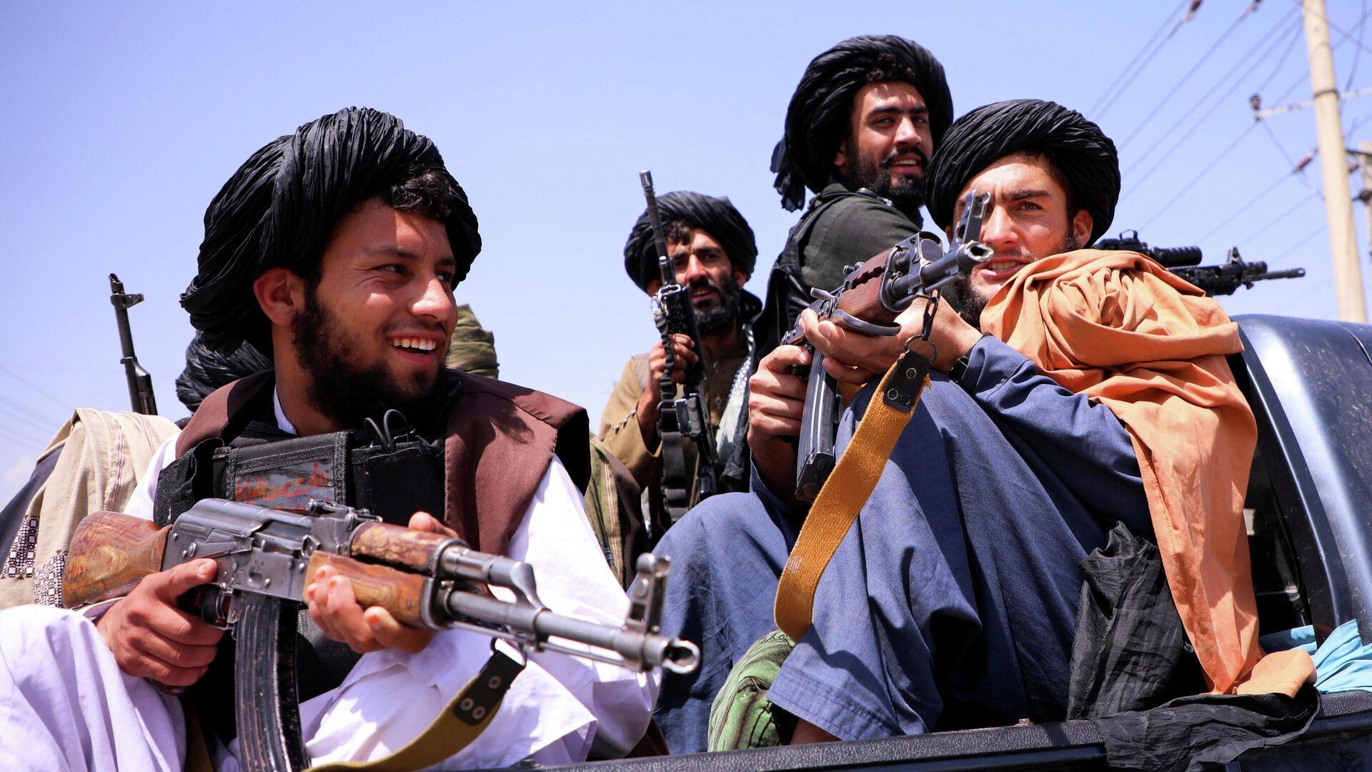 Las fuerzas talibanes patrullan frente al Aeropuerto Internacional Hamid Karzai en Kabul, Afganistán, 2 de septiembre de 2021 - Sputnik Mundo, 1920, 07.09.2021