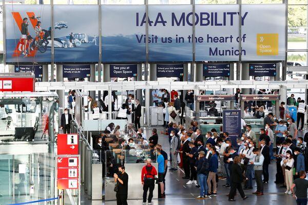 Visitantes asisten a la ceremonia de apertura de la IAA 2021, en Múnich. - Sputnik Mundo