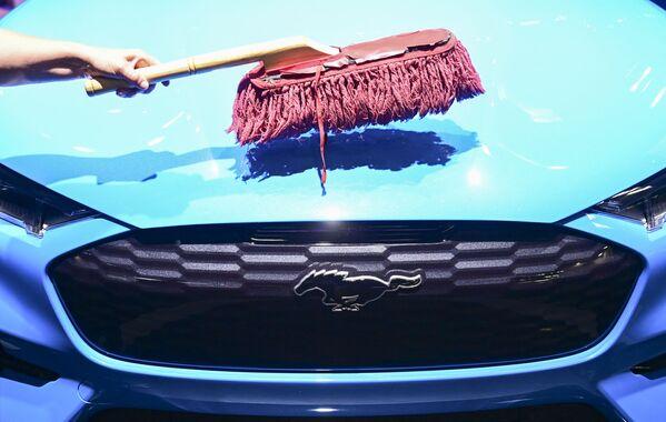 Un trabajador lava el capóde un coche eléctrico Ford Mustang Mach-E GT durante la inauguración de la IAA 2021 en Múnich. - Sputnik Mundo