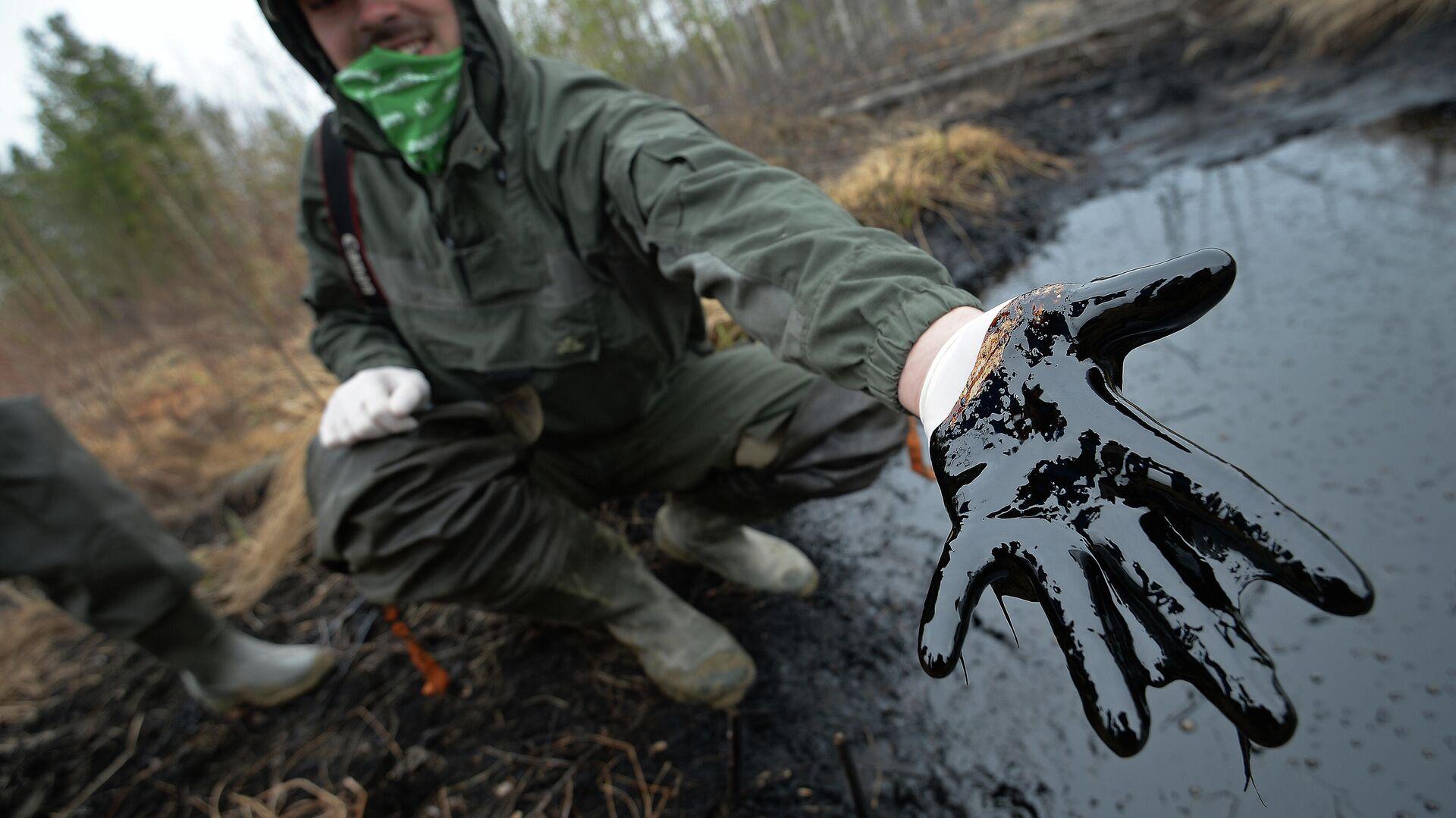 Un hombre muestra las consecuencias de un derrame de petróleo en Rusia - Sputnik Mundo, 1920, 07.09.2021