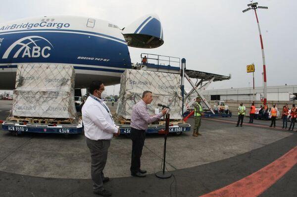 El director general de de los Laboratorios de Biológicos y Reactivos de México Pedro Zenteno Santaella recibiendo embarques de la vacuna rusa Sputnik V - Sputnik Mundo