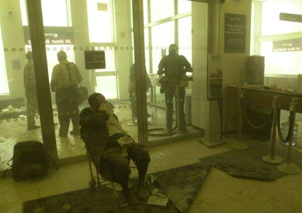 El vuelo 11 de American Airlines se estrelló a las 8:46 (hora local) contra la torre norte del WTC, entre los pisos 94 y 98. En la foto: un hombre herido en una silla cerca del World Trade Center durante el ataque terrorista en Nueva York. - Sputnik Mundo