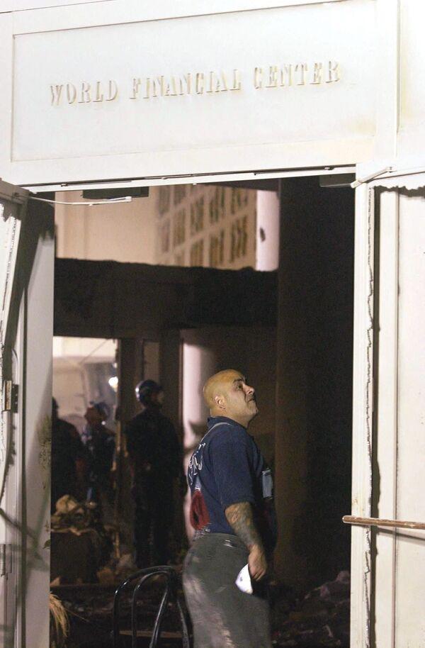 El colapso de las torres provocó graves daños en los edificios adyacentes. A las 17:20 (hora local), se derrumbó el tercer edificio del WTC, la torre WTC-7, a causa de una serie de explosiones de gas y un incendio posterior. En la foto: un bombero inspecciona el edificio dañado del World Financial Center. - Sputnik Mundo